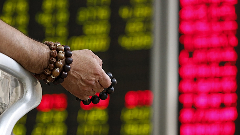 - Chinês confere valor das ações em um escritório de corretagem de Pequim. Foto: Kim Kyung-Hoon / Reuters