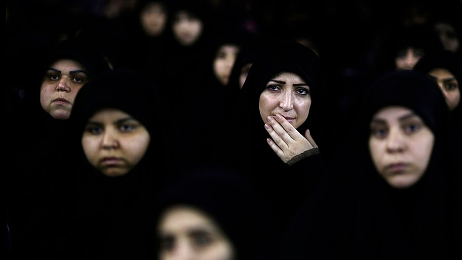 - Mulheres xiitas libanesas ouvem o discurso do líder do Hezbollah, Hassan Nasrallah, através de videoconferência, em Beirute. Foto: Hassan Ammar / AP