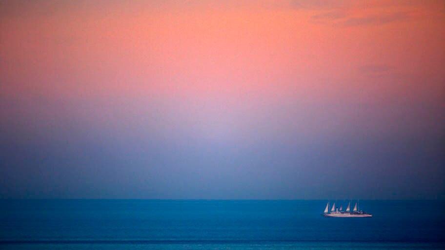 - Navio cruza o mar Mediterrâneio, na costa de Nice, França , ao pôr do sol. Foto: Lionel Cironneau/AP