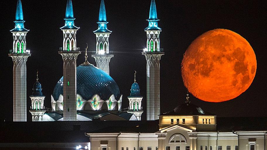 - Ela é vista entre os iluminados prédios do Kazan Kremlin e da mesquita de Qol Sharif, em Kazan, na Rússia. Foto: Denis Tyrin / AP
