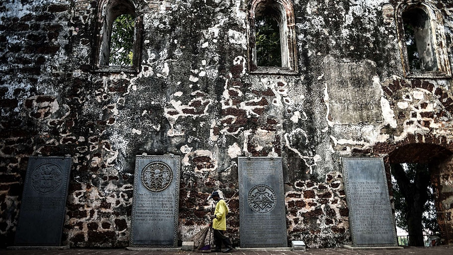- Trabalhador varre o pátio da igreja St Paul, do século 16, na cidade histórica de Malaca, na Malásia. Foto: Manan Vatsyayana / AFP