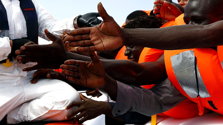 http://fotos.estadao.com.br/galerias/fotografia,imagens-de-04-de-agosto,19510?startSlide=0&f=0 - Equipes de resgate recebem cerca de 118 imigrantes vindos da Líbia num bote de borracha ontem de manhã. Eles estavam a cerca de 20 milhas da costa. Foto: Darrin Zammit Lupi / Reuters
