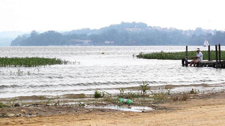 Márcio Fernandes/Estadão - Homem pesca na Represa de Guarapiranga,em São Paulo,que está com 63% de sua capacidade.Foto:Marcio Fernandes/AE
