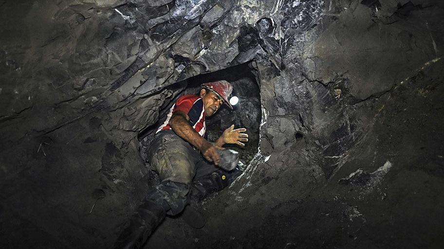 """- Mineiro trabalha a 100 metros de profundidade em """"La Corte"""", na Colômbia. O ouro dessa mina foi escolhido para a fabricação dos troféus do Festival de Cannes. Foto: Luis Acosta / AFP"""