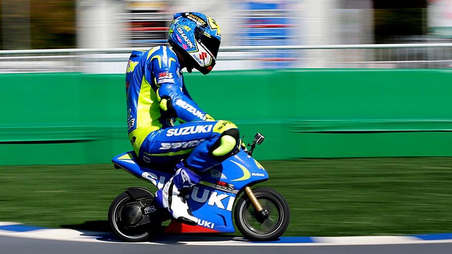 - O espanhol Aleix Espargaro pilota uma mini motocicleta elétrica, durante um evento para fãs, no circuito de Twin Ring Motegi, ao norte de Tóquio. Foto: Shizuo Kambayashi / AP