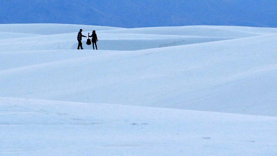 Patrick Semansky/AP - Turistas durante passeio no White Sands National Monument, parque no Novo México. Foto: Patrick Semansky/AP