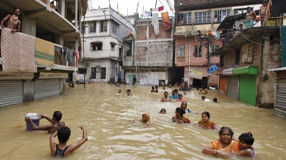 - Moradores de West Midnapore,em Bengala Ocidental, fogem da inundação. Foto: Rupak De Chowdhuri/Reuters