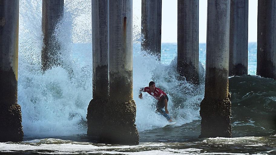 - O surfista Tim Reyes, durante etapa do US Open of Surfing, em Huntington Beach, na Califórnia. Foto: Mark Ralston / AFP