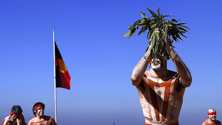 David Gray/Reuters - Artistas aborígenes australianos durante apresentação em Coogee Beach, em Sydney. Foto: David Gray/Reuters