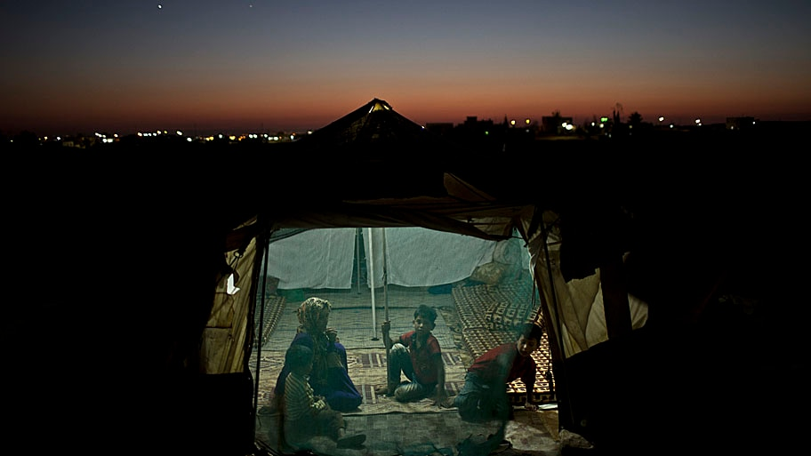 - Família de refugiados sírios em um assentamento informal, nos arredores de Mafraq, na Jordânia. Foto: Muhammed Muheisen / AP
