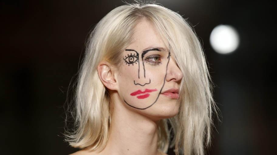 Yoan Valat/EFE - Modelo maquiada para desfile da coleção de Simon Porte Jacquemus,na Semana de Moda de Paris .Foto:Yoan Valat/EFE