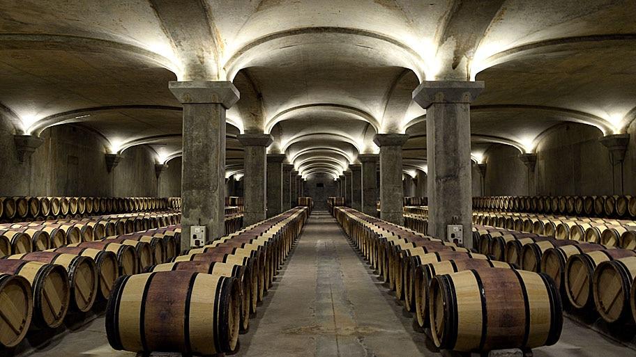 - Barris de vinho Premier Grand Cru Classe armazenado na antiga adega do Chateau Margaux, na França. Foto: Jean-Pierre Muller / AFP