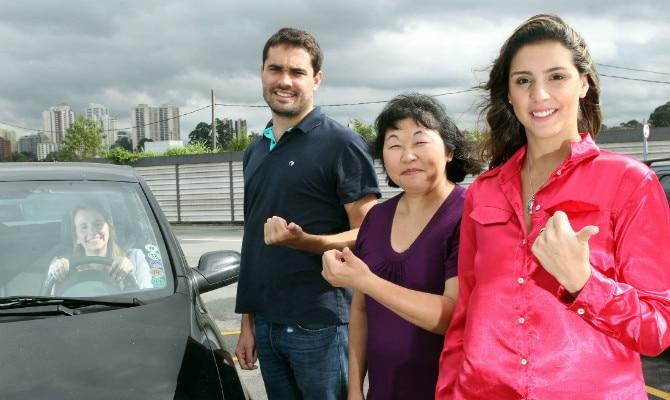 Mariana (ao volante), leva três colegas que moram no mesmo bairro na zona oeste de SP
