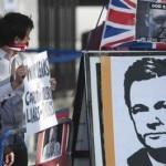 Manifestantes pró-Assange do lado de fora da Suprema Corte, em Londres FOTO: Ki Price/Reuters