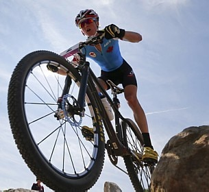 Catharine Pendrel, do Canadá, compete na prova cross-country do mountain bike