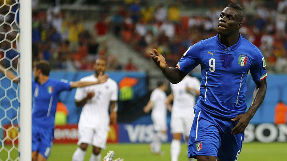 Italy's Mario Balotelli celebrates after scoring a goal past England's goalkeeper Joe Hart during their 2014 World Cup Group D soccer match at the Amazonia arena in Manaus June 14, 2014. REUTERS/Ivan Alvarado (BRAZIL  - Tags: SOCCER SPORT WORLD CUP)
