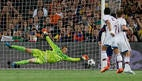 Messi vence o goleiro Neuer e marca o primeiro gol contra o Bayern de Munique pela semifinais da Liga dos Campeões. Foto: Reuters / Albert Gea