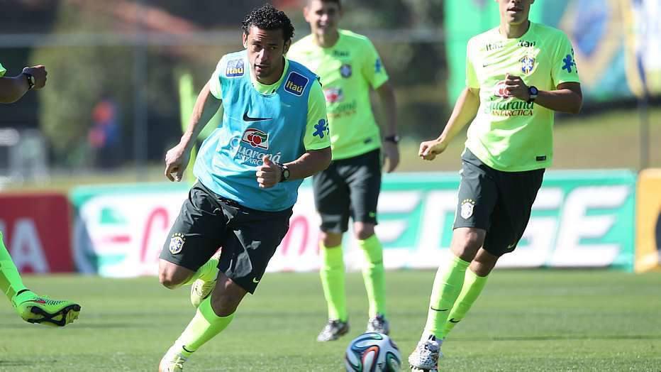 Assim, Felipão aproveitou para testar o meio de campo com Ramires e Hernanes, deixando o time mais ofensivo.