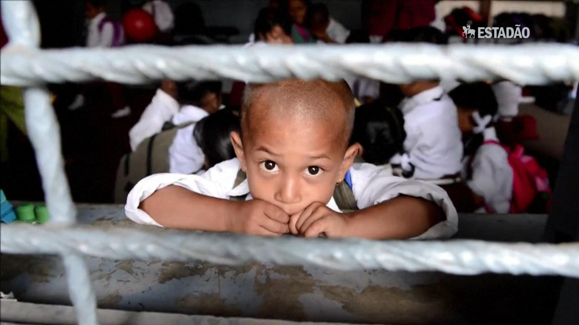 Crianças voltam às aulas após tremor no Nepal