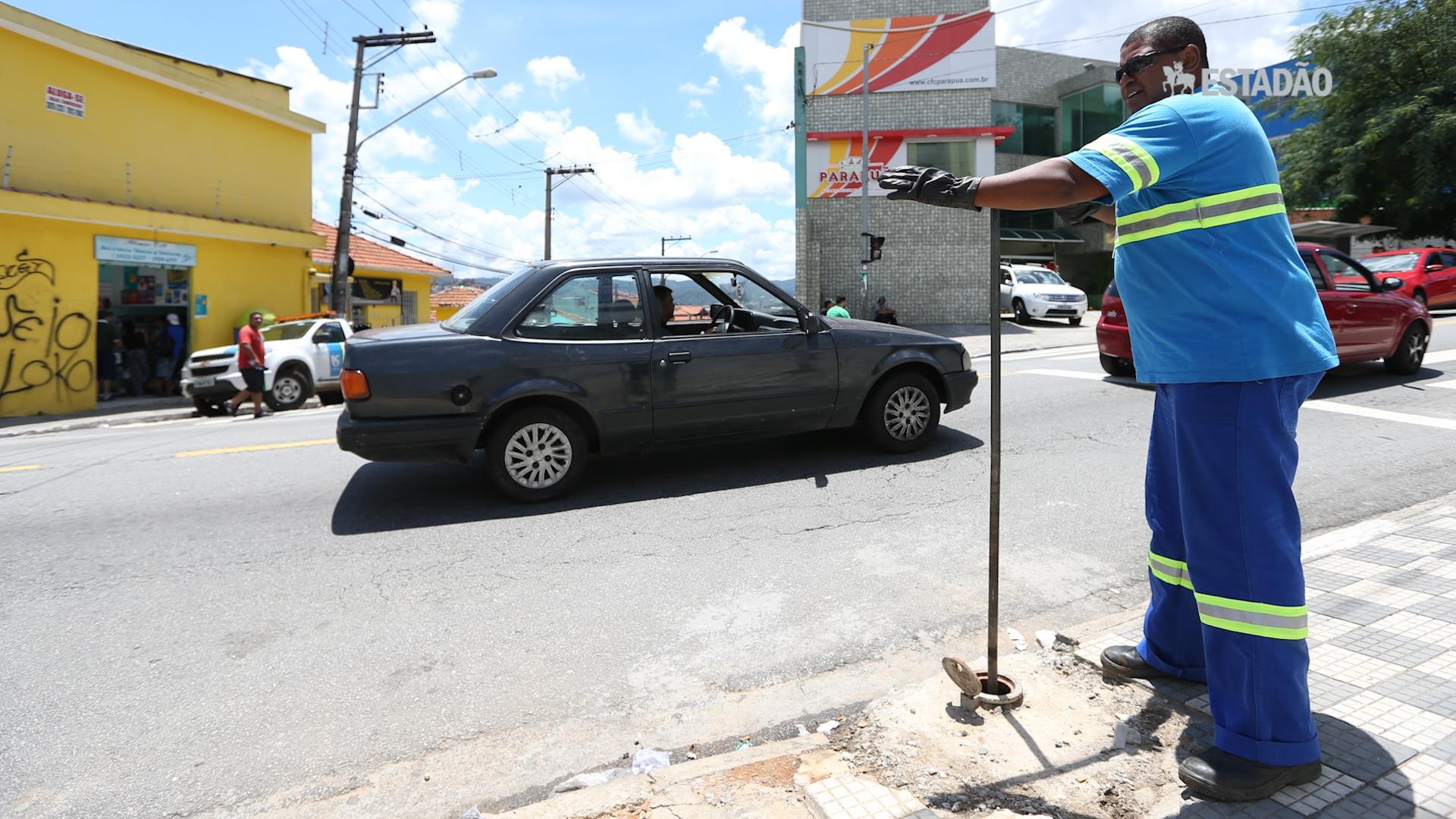 'Manobristas' da Sabesp fecham registro de água na Brasilândia
