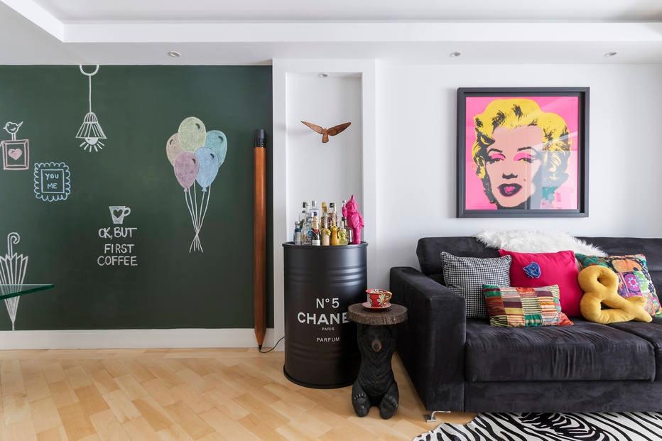 Acessórios coloridos sobre base neutra dão personalidade a apartamento