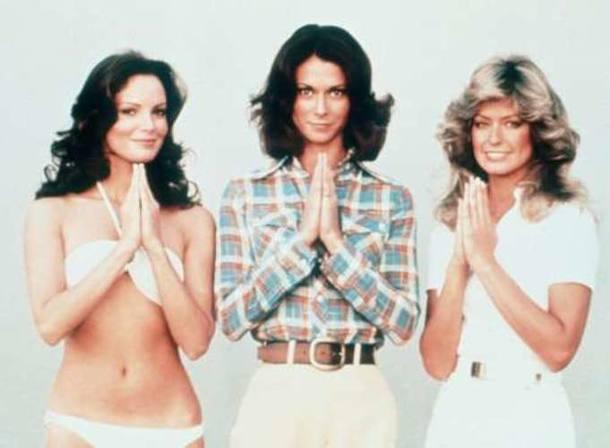 Farrah, à direita, com outras duas atrizes do seriado