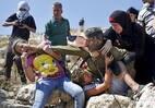 Mulheres palestinas lutam para libertar menino palestino preso por soldado israelense na aldeia de Nabi Saleh. Foto: Mohamad Torokman / Reuters