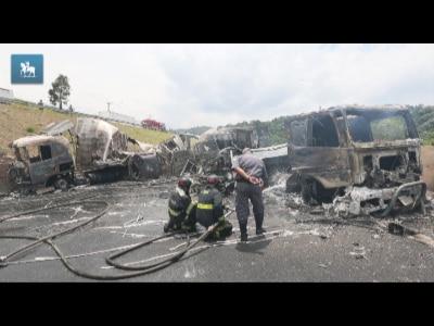 Acidente incendeia caminhões e bloqueia Rodovia Anhanguera em SP
