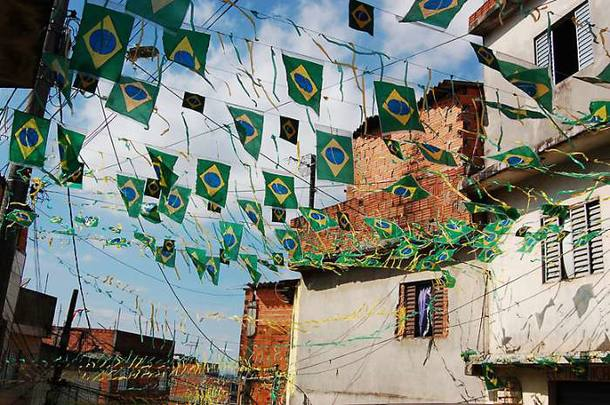 Rua da favela Heliópolis, em São Paulo, decorada para Copa do Mundo. 02/07/2010