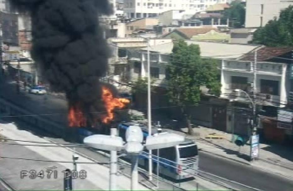 Ônibus articulado é incendiado na zona norte do Rio