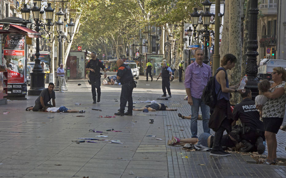 Atentado terrorista deixa 13 mortos e mais de 100 feridos em área turística de Barcelona