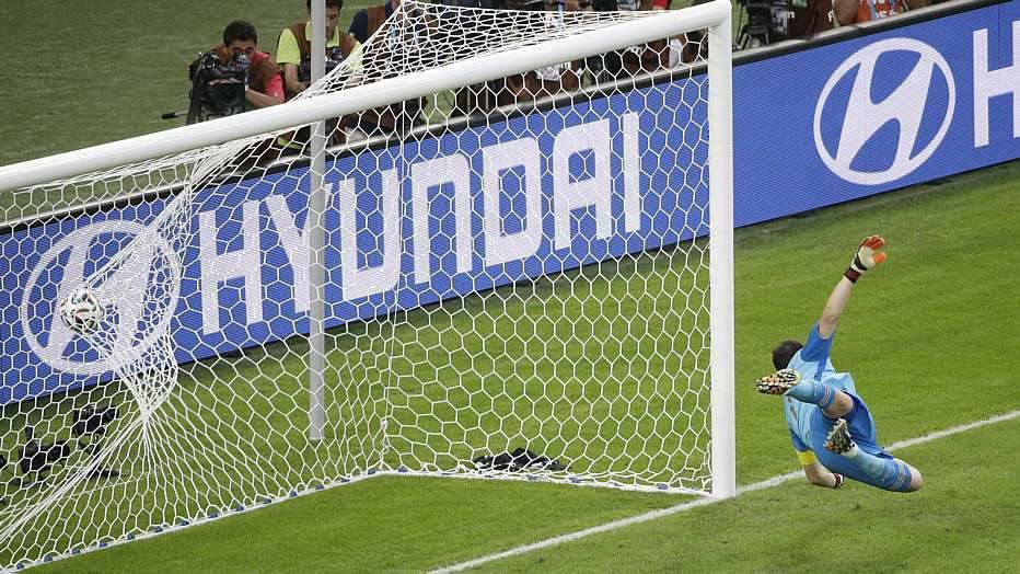 A mudança não surtiu muito efeito e ainda no primeiro tempo a Espanha sofreu os dois únicos gols da partida.