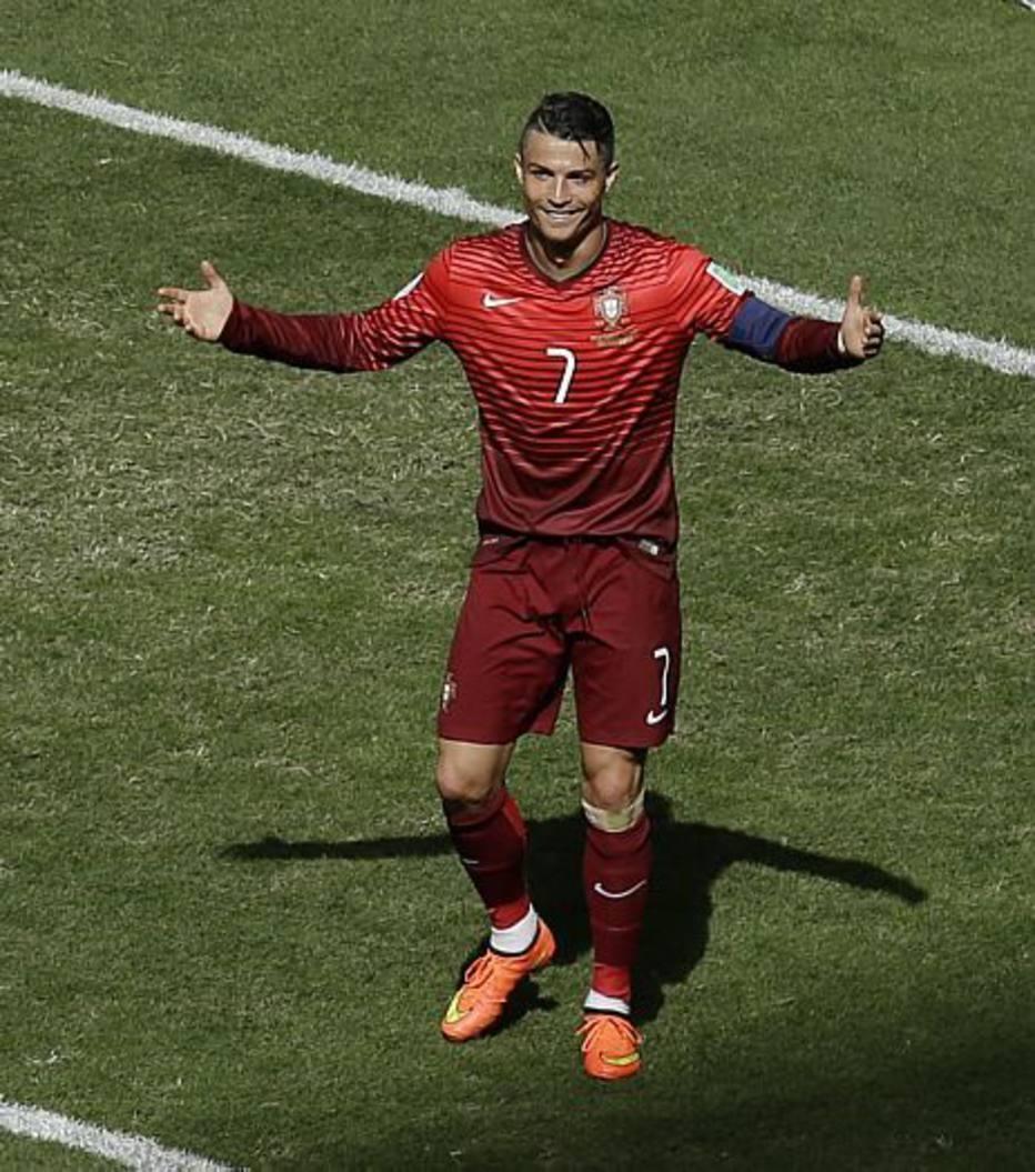 Cristiano Ronaldo tenta, tenta, e de tanto insistir, consegue fazer o segundo gol português