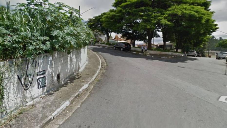 Rompimento de adutora abre cratera e deixa rua alagada em SP