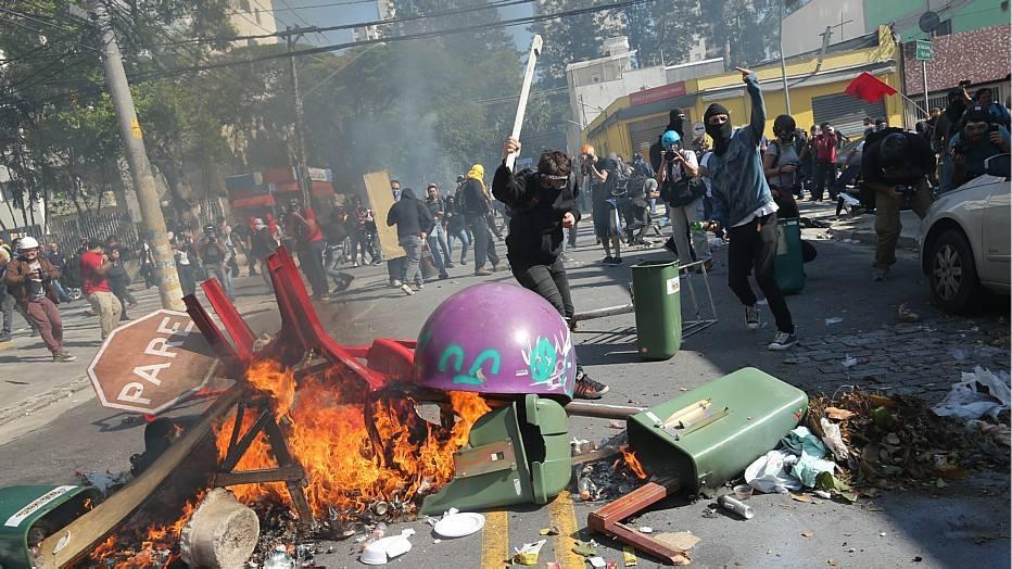Manifestantes fizeram barricadas com fogo para impedir o avanço da tropa de choque