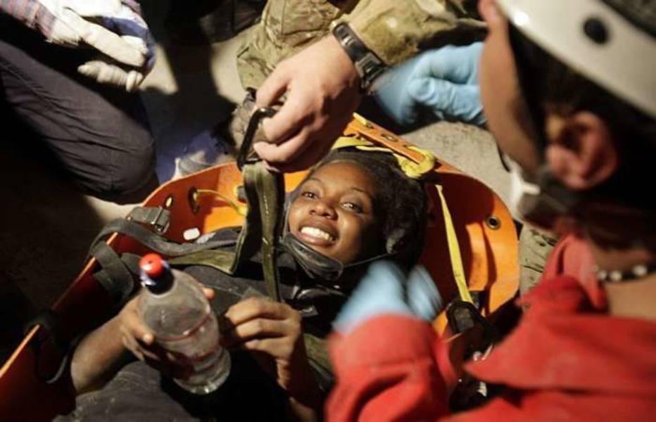 Hotteline Lozama, de 26 anos, sorri após ser retirada dos escombros por uma equipe de resgate francesa Francois Mori/AP