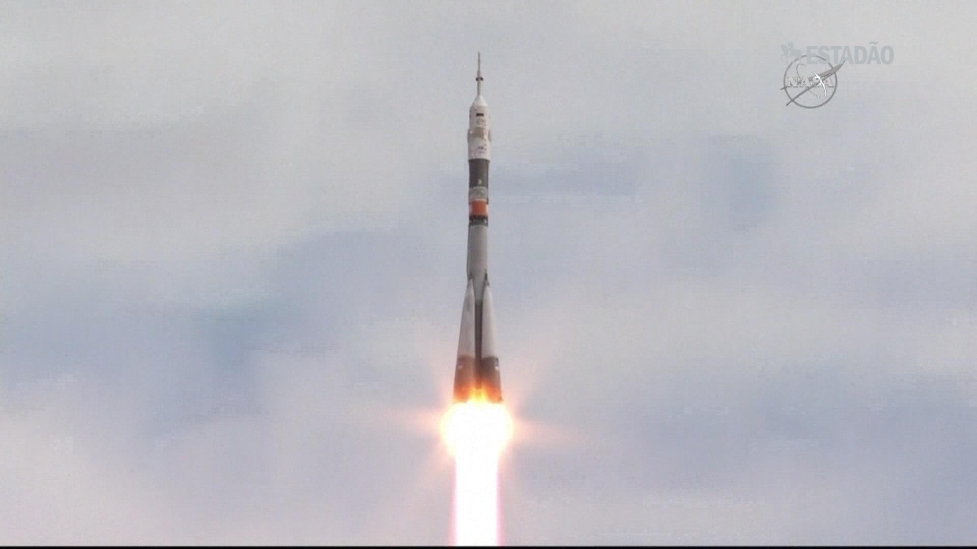 Nave Soyuz decola com três astronautas