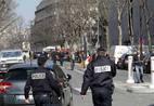Policiais franceses isolaram a área do escritório do FMI em Paris após a explosão de uma carta-bomba