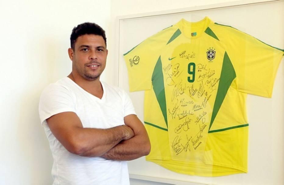Ronaldo é o maior artilheiro em Copas do Mundo. O atacante guarda até hoje a camisa, autografada por todos atletas, da conquista do pentacampeonato mundial