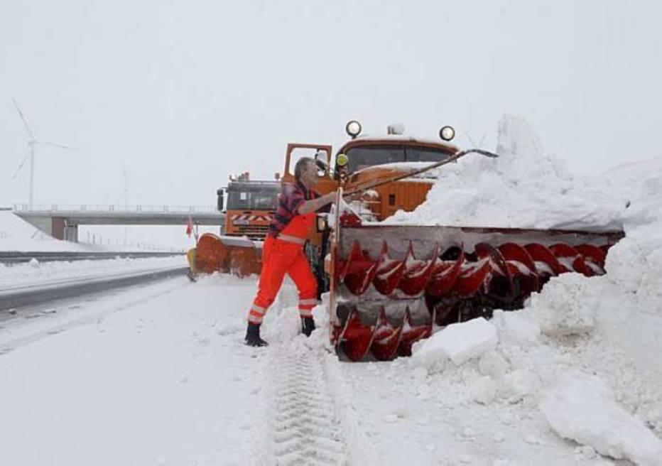 Estrada na Alemanha ficou interditada por causa da grande quantidade de neve que caiu na região