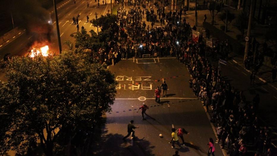 O ato do MPL foi encerrado com uma partida de futebol na Marginal Pinheiros, jogada por manifestantes ao som de gritos de protesto e tambores.