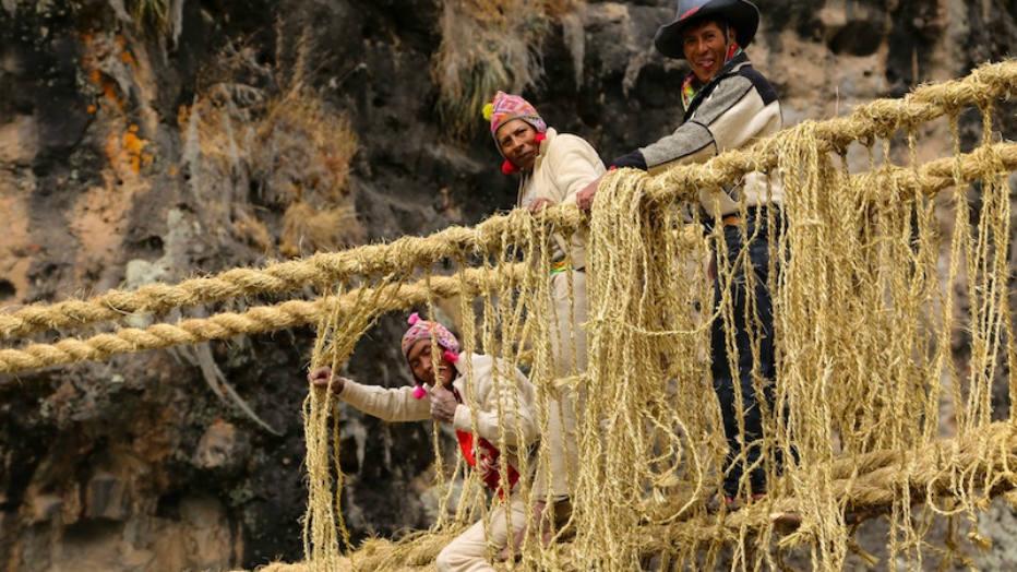 Lançando mão de técnicas ancestrais que remontam ao tempo dos incas, nativos substituem ponte a cada ano, sempre em junho, quando as chuvas param