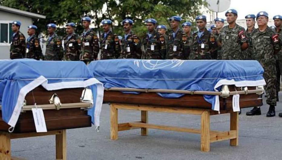 Soldados do Minustah acompanham funeral de Hedi Annabi e Luiz Carlos da Costa, mortos no terremoto