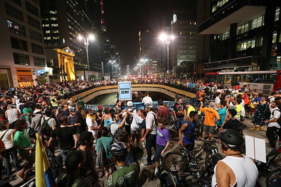 Cerca de 350 ciclistas fazem um protesto na Avenida Paulista.