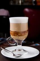 O Octavio Café – que acaba de lançar sua linha de cápsulas para máquinas de café – também aposta em uma seleção de drinques quentes com a bebida, como o Espresso Trufado, feito com trufa de chocolate, leite vaporizado e expresso (R$ 13; foto). Outra pedida é o 'Irish Coffee', que já rendeu prêmios à casa, à base de uísque irlandês, café e creme de leite (R$ 23).Av. Brig. Faria Lima, 2.996,Jd. Paulistano, 3074-0110. 7h30/21h30