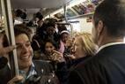 Em campanha em NY, Hillary Clinton causa alvoroço ao pegar o metrô