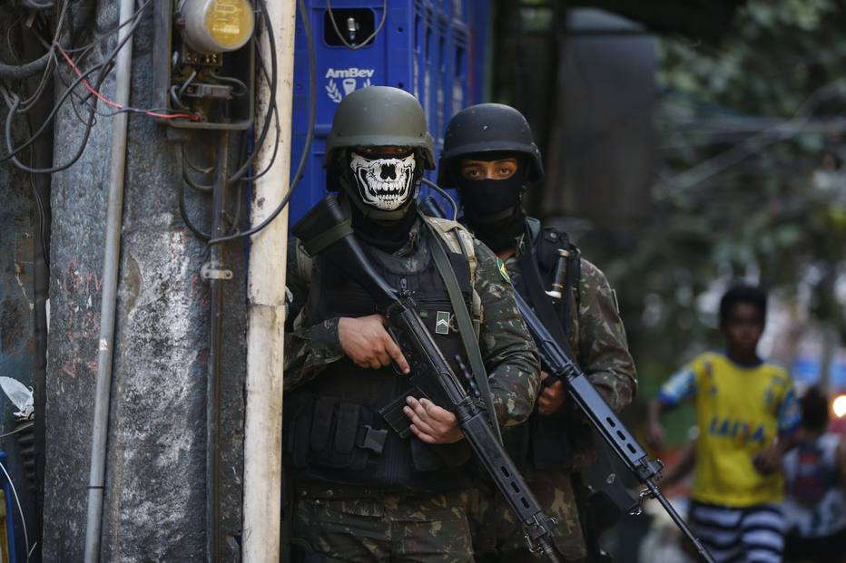 Exército apura uso de lenços com desenhos de caveira na Rocinha