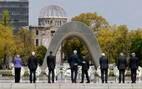 Acompanhados pelos outros chanceleres do G-7, o secretário de Estado dos EUA, John Kerry e o chanceler japonês, Fumio Kishida, se abraçam na frente de memorial no Museu e Parque da Paz de Hiroshima