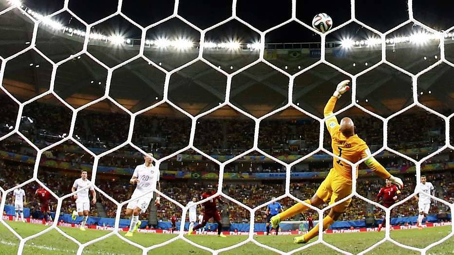 Portugal saiu na frente logo aos cinco minutos de jogo, por bobeira da defesa norte-americana, que deixou um cruzamento chegar em Nani, que bateu cruzado.
