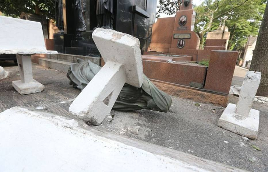 O serviço funerário ainda não calculou o prejuízo causado pelos arruaceiros. Os vândalos seguiram para as sepulturas ao redor da capela central, uma construção da década de 1890, que também foi arrombada e danificada.